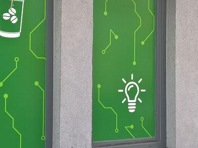 zielona reklama naklejana na szyby sklepowe